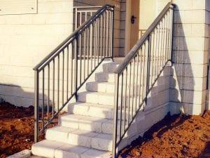 מעקה מדרגות כניסה מנירוסטה