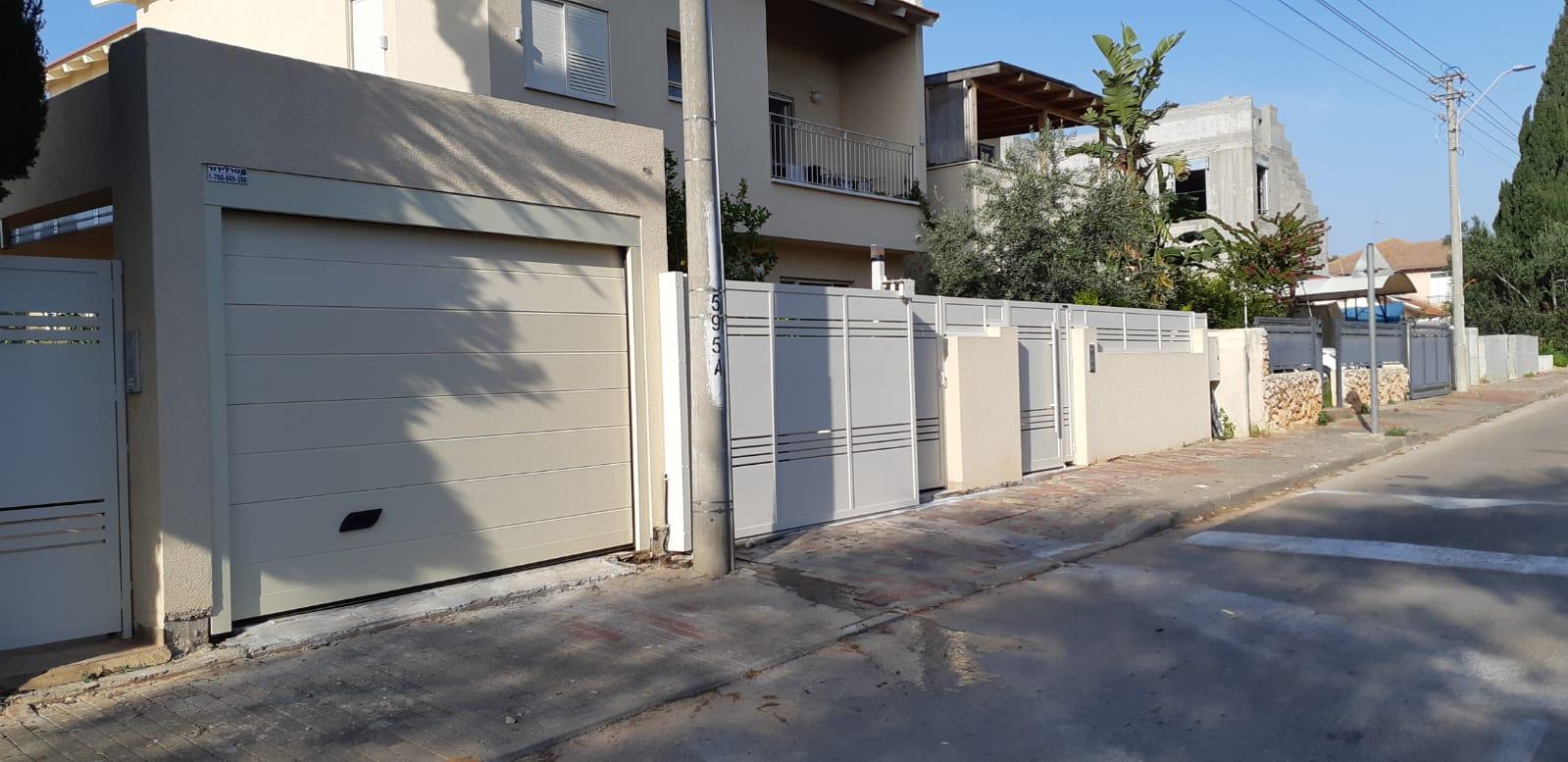גדר אטומה בצבע לבן