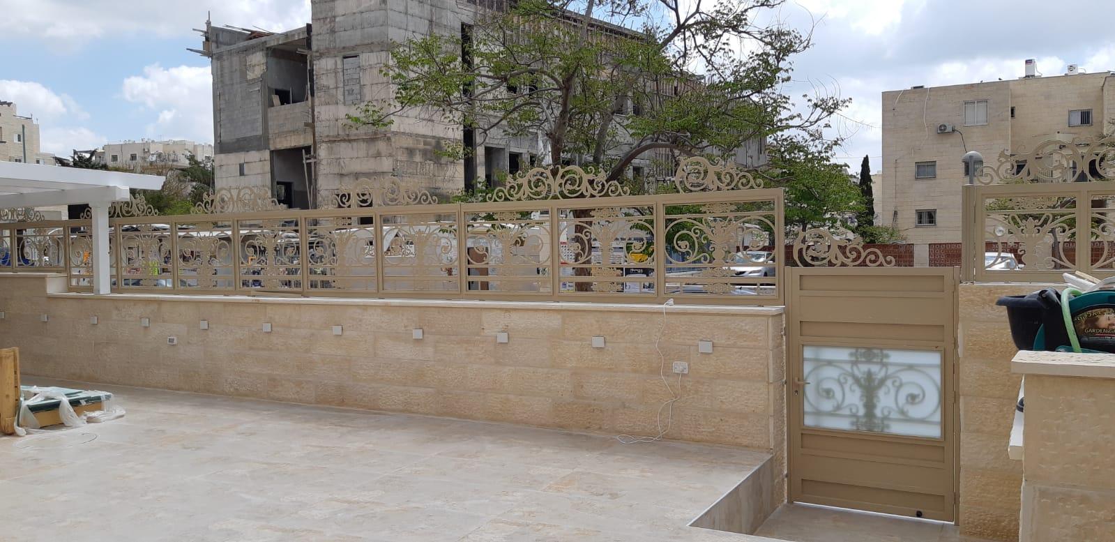 גדר אלומיניום עם עיטורים