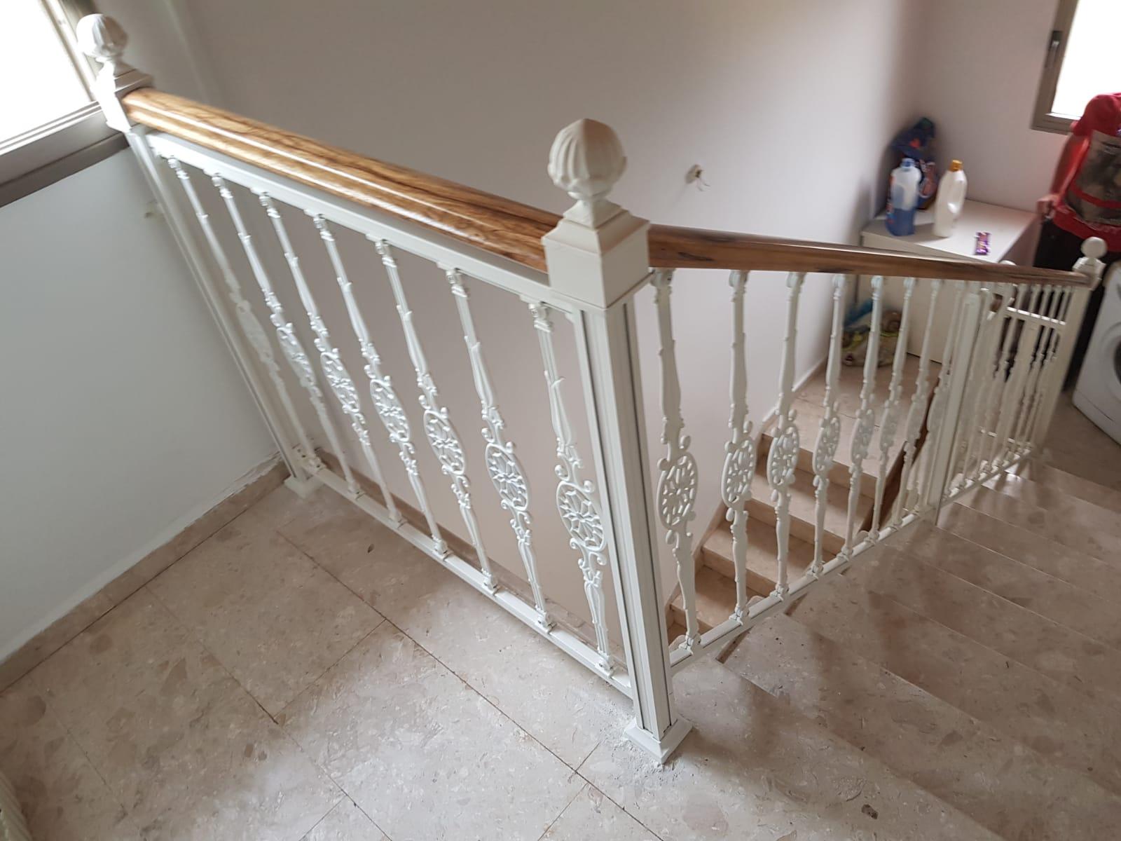 מעקה מדרגות אלומיניום בצבע לבן בשילוב עץ