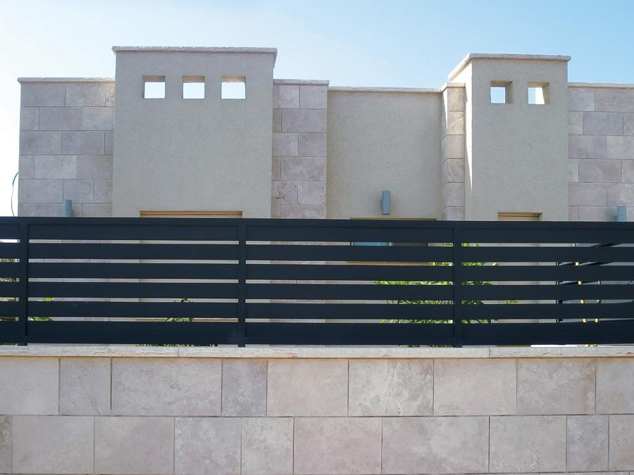 גדר אלומיניום בצבע שחור מסביב לגינה