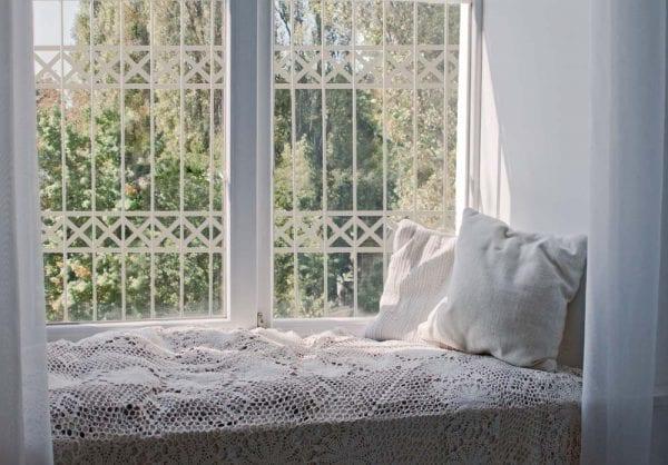 סורג לחלון בצבע אפור בהיר