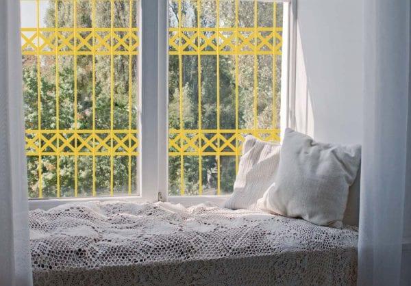 סורג לחלון בצבע צהוב