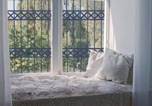 סורג לחלון בצבע כחול