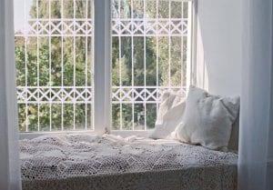 סורג לחלון בצבע לבן