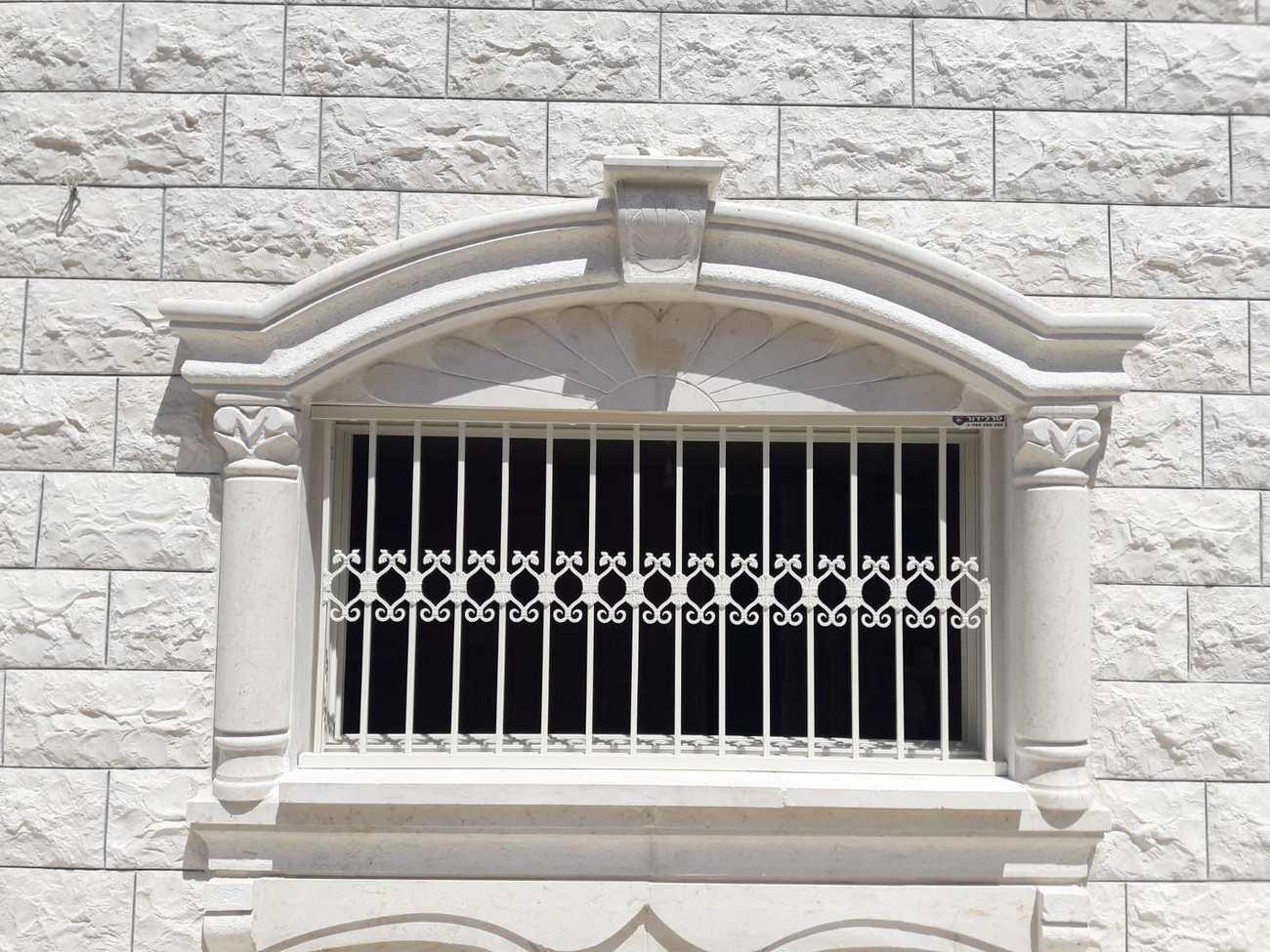 סורג מעוצב לחלון עם עיטורים