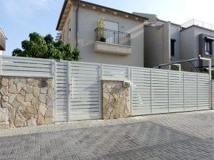 שער חנייה ושער כניסה מאלומיניום בצבע לבן שמנת