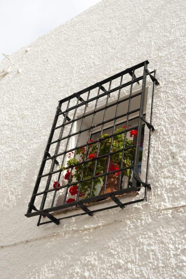 סורג חלון ברזל מחוץ לקיר קופסה