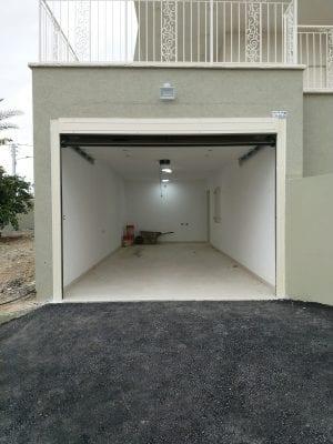 דלת חנייה הרמה אוטומטית במצב פתוח