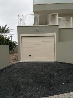 דלת מוסך לחנייה