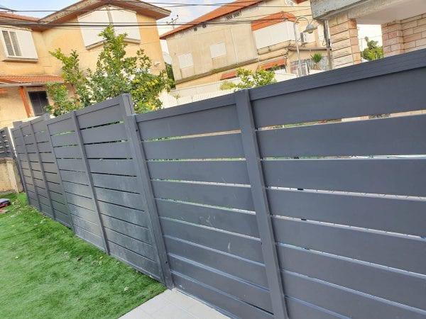 גדר אלומיניום בצבע אפור פסים עבים