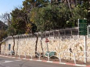 גדר עם עיטורים לחצר או לגינה