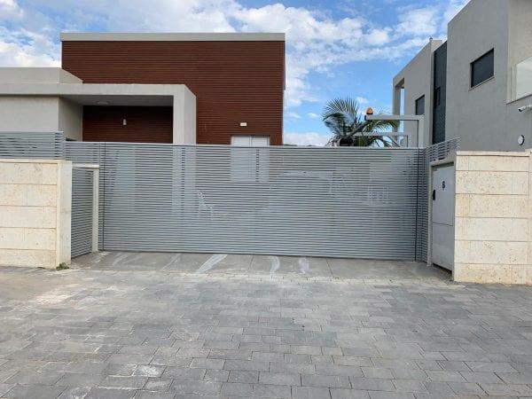שער אוטומטי מאלומיניום לחנייה פרטית