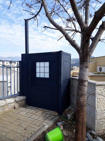 דלת שער כניסה מהחצר לבית