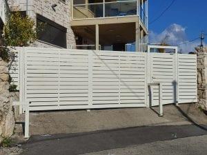 שער חניה מאלומיניום בצבע לבן