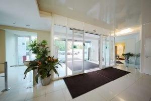 דלת אוטומטית לכניסה לבניין משרדים