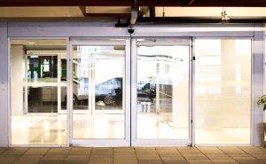 דלתות זכוכית אוטמטיות