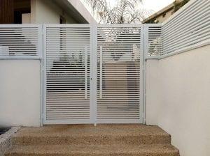 דלת כניסה לחצר בבית פרטי