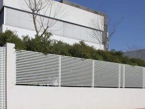 גדר פסים מאלומיניום בצבע לבן לגינה