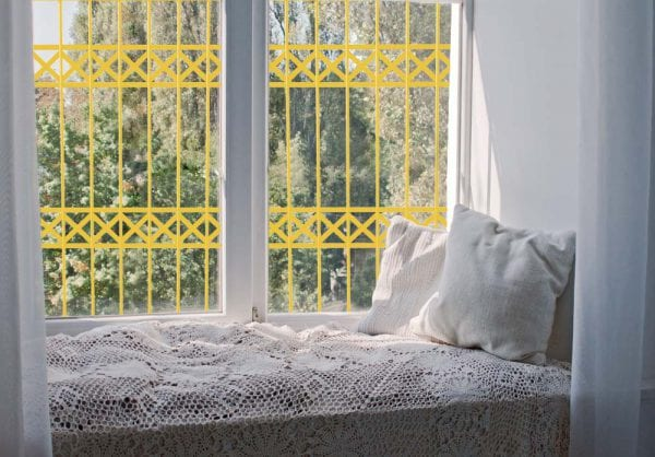 סורג לחלון הבית בצבע צהוב