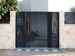 שער כניסה אלומיניום עם ידית מעץ
