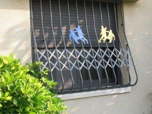 סורג עם דמויות לחלון