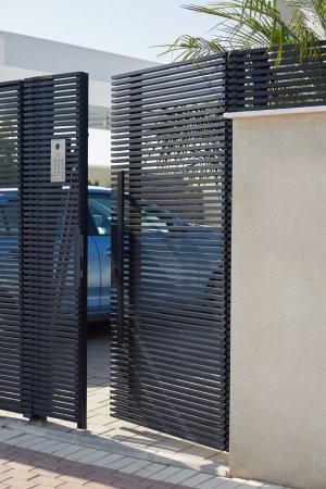 דלת כניסה מברזל לכניסה מהחצר