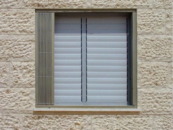 סורג מתקפל לחלון במצב פתוח