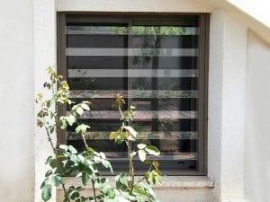 תמונה של הסורג השקוף מחוץ לבית