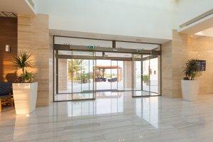 דלתות הזזה אוטומטיות מזכוכית בכניסה לבניין מגורים