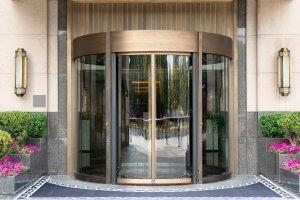 דלת סובבת - דלתות מסתובבות אוטמטיות לבתי מלון ובנייני משרדים