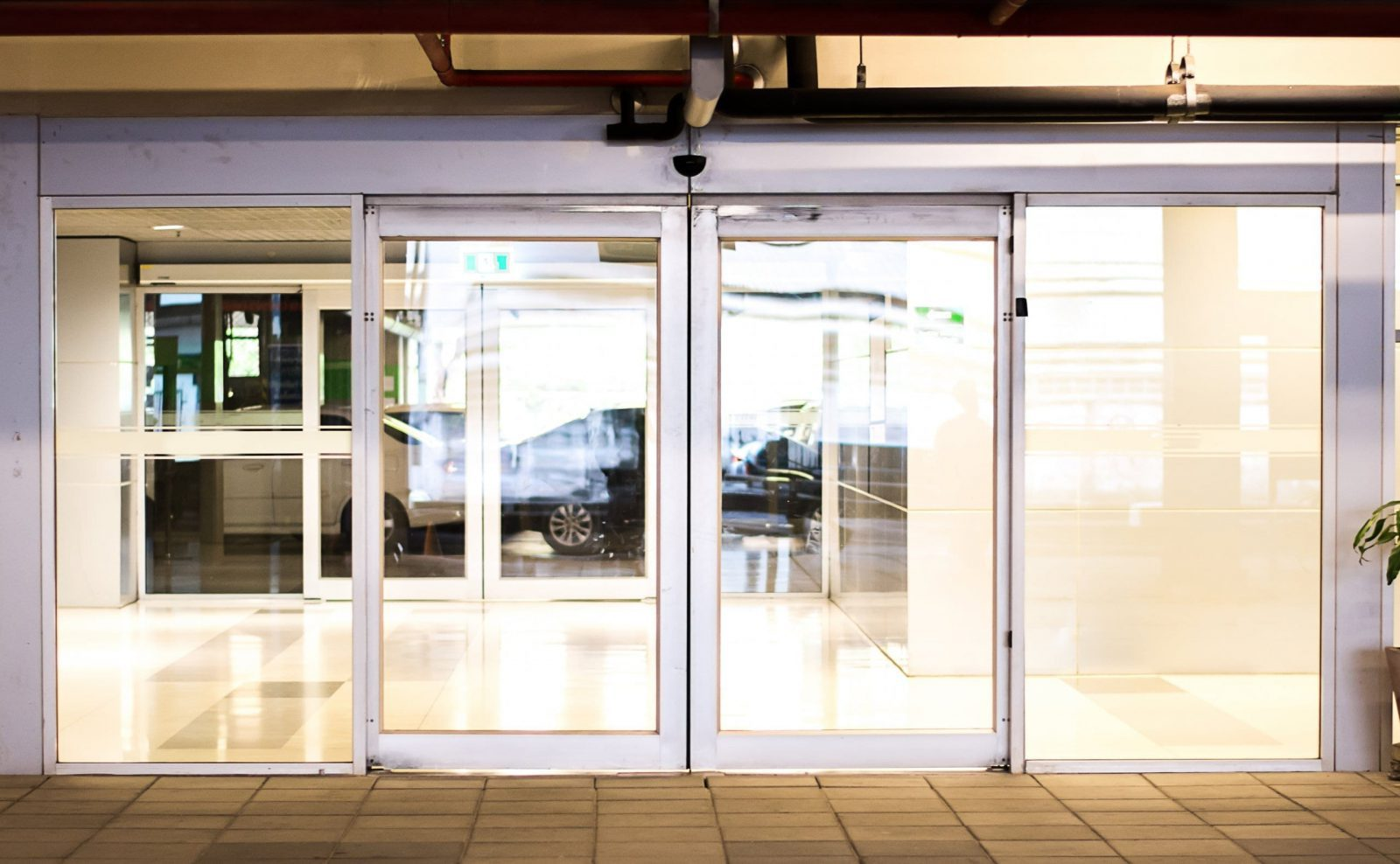 דלת הזזה זכוכית