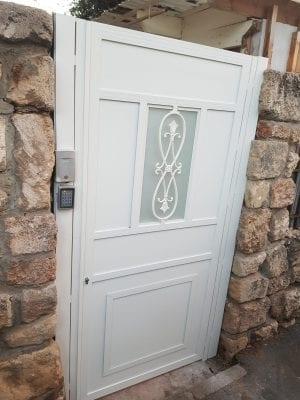 דלת כניסה להולכי רגל מאלומיניום לחצר או כניסה לבית