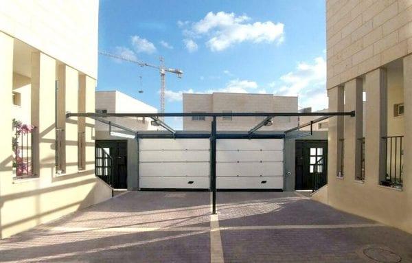 דלת פנלים במקום פתוח לסגירת חנייה של בניין משותף