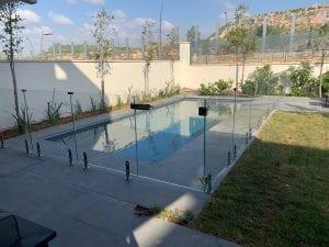 מעקות זכוכית סביב הבריכה לגידור הבריכה