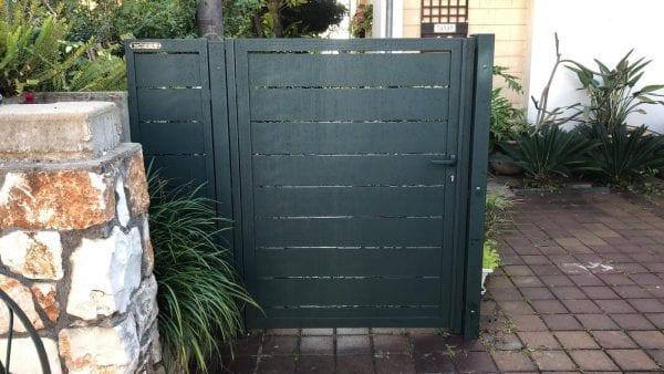 דלת כניסה לחצר מאלומיניום