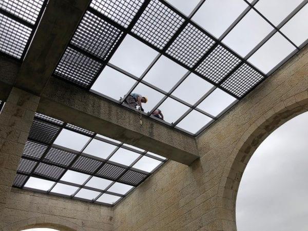 כיסוי גג אלומיניום לקורות ומסגרת בטון