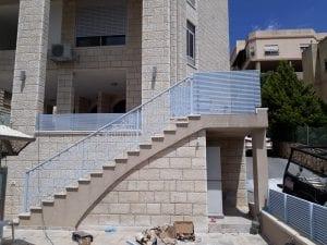 מעקה מדרגות חוץ