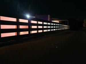 גדר אלומיניום בשילב זכוכית - מבט חוץ בשעות הלילה