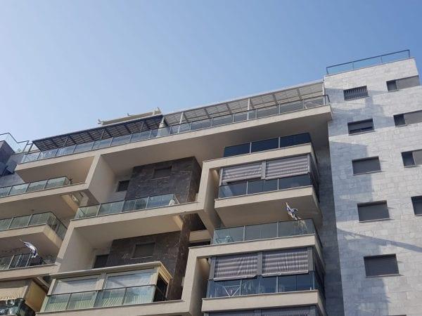 התקנה של פרגולה במרפסת בבניין מגורים