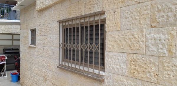 סורג שמותקן חיצונית מהחלון