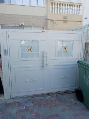 דלת כניסה לחצר הבית