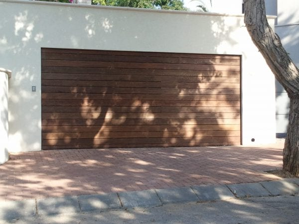 שער חנייה בחיפוי עץ
