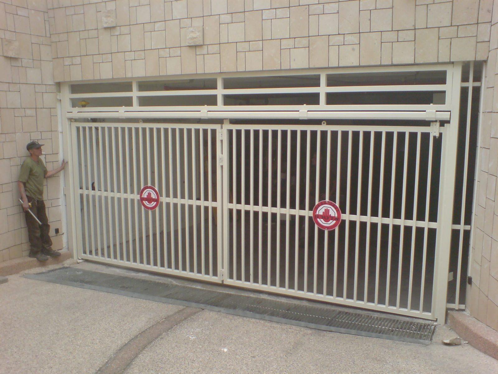 שער חשמלי לחנייה של בניין מגורים