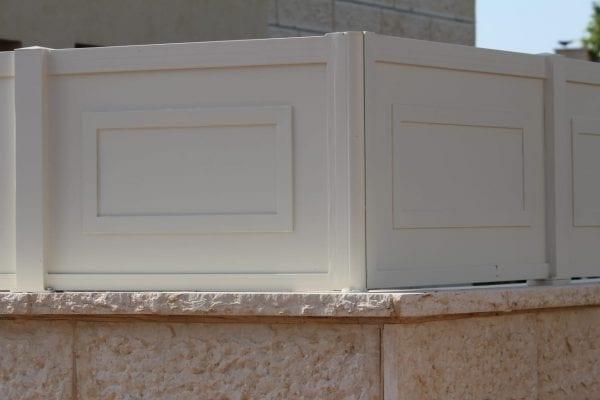 גדר אלומיניום אטומה לבן