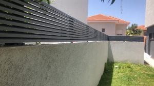 גדר אלומיניום על גדר אבן משותפת בין שכנים