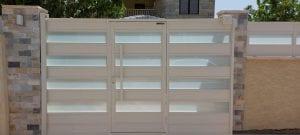 שער חנייה מאלומיניום בשילוב זכוכית חלבית
