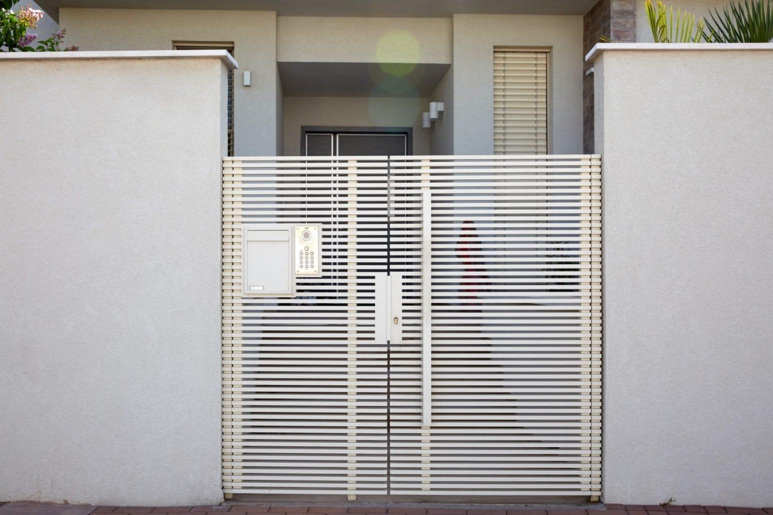 שער כניסה מאלומיניום בצבע לבן שמנת מדגם הייטק