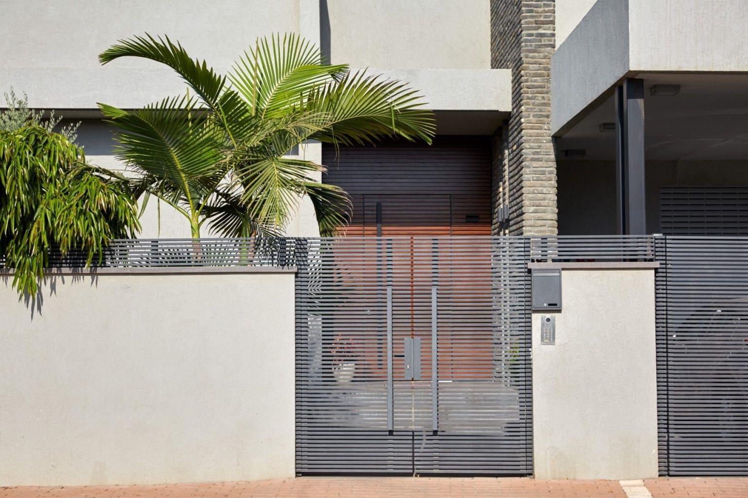 שער כניסה מאלומיניום בצבע אפור מדגם הייטק