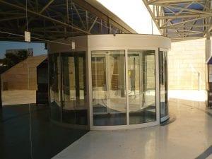 דלתות סובבות אוטמטיות מזכוכית - בית מלון